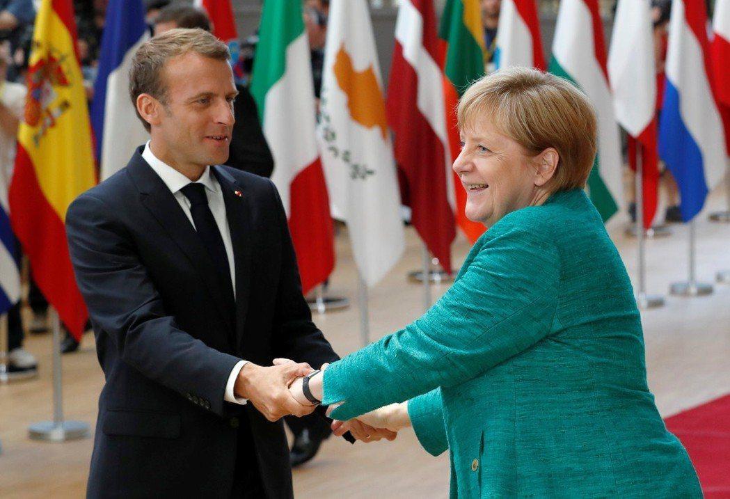 歐盟峰會討論移民政策時,法國總統馬克宏(左)會是梅克爾(右)的支持者。 (路透)