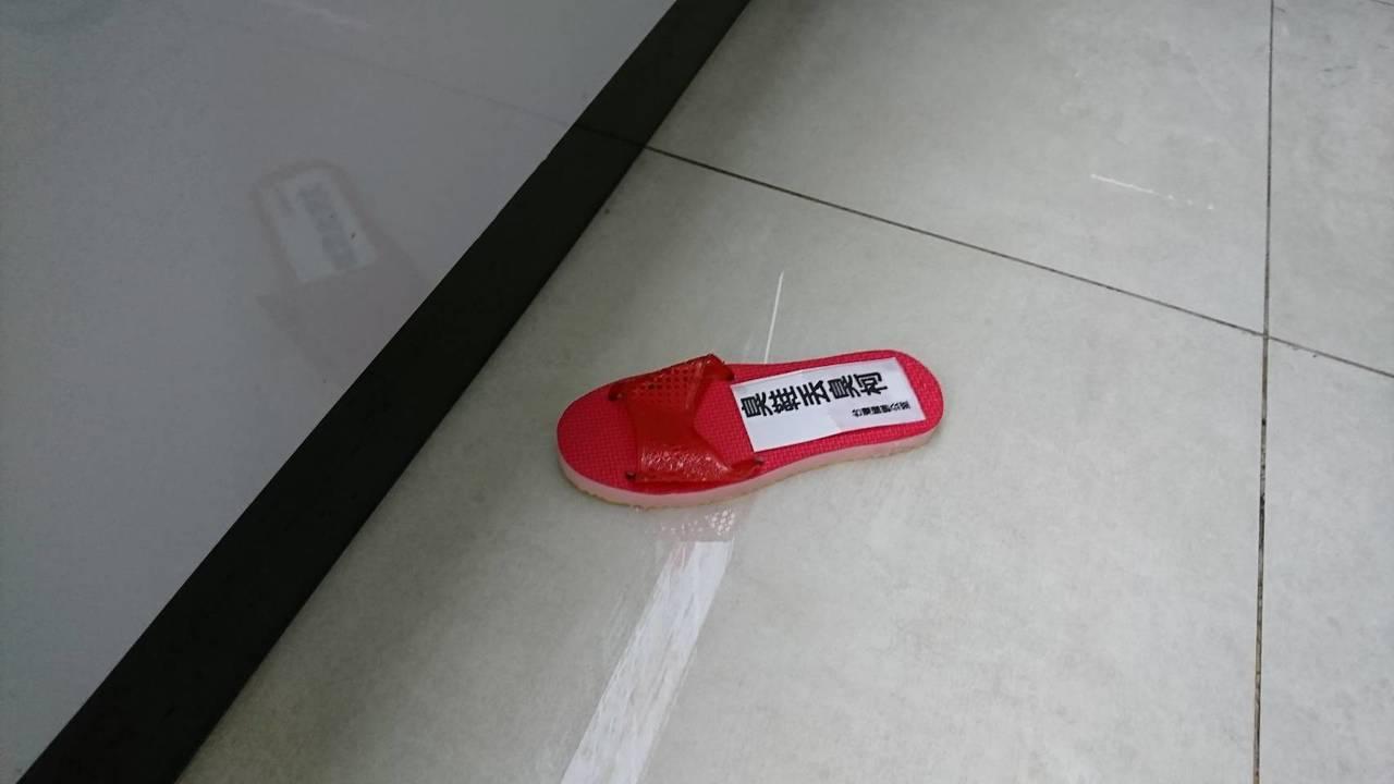 台北市長柯文哲上午出席聯合災防模擬演,會前接受媒體採訪時遭拖鞋襲擊。記者任忠泰/...