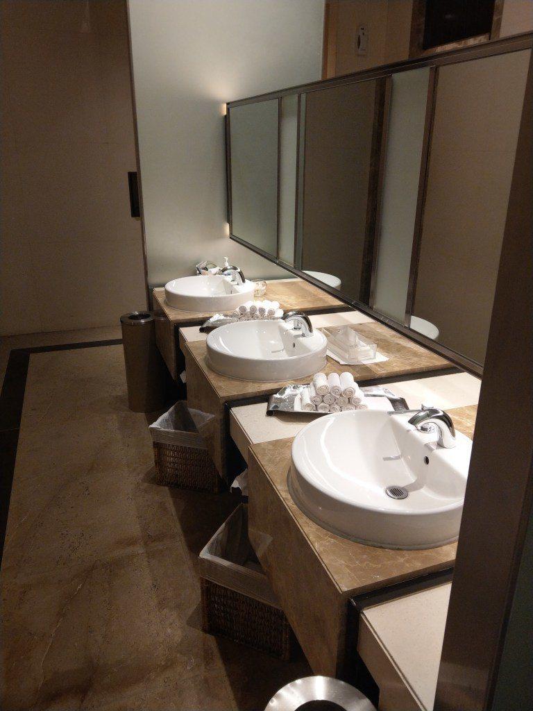 廁所洗手台對面,就是三間淋浴間。圖文來自於:TripPlus
