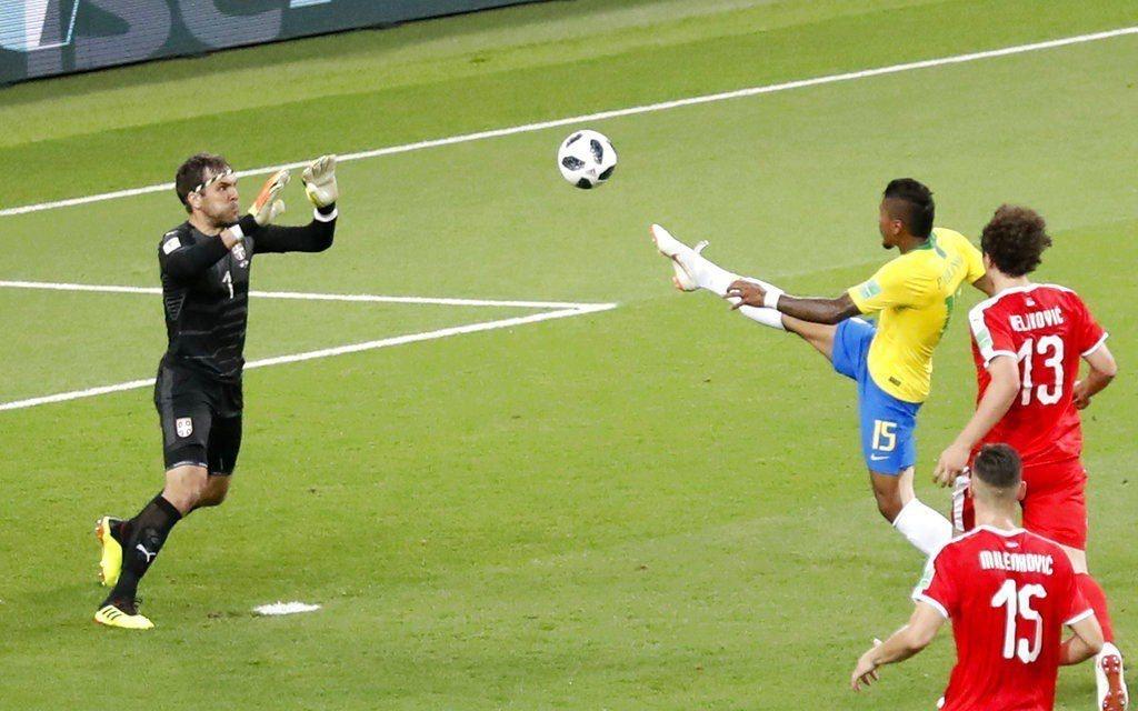 巴西保林尼歐挑球入網。美聯社