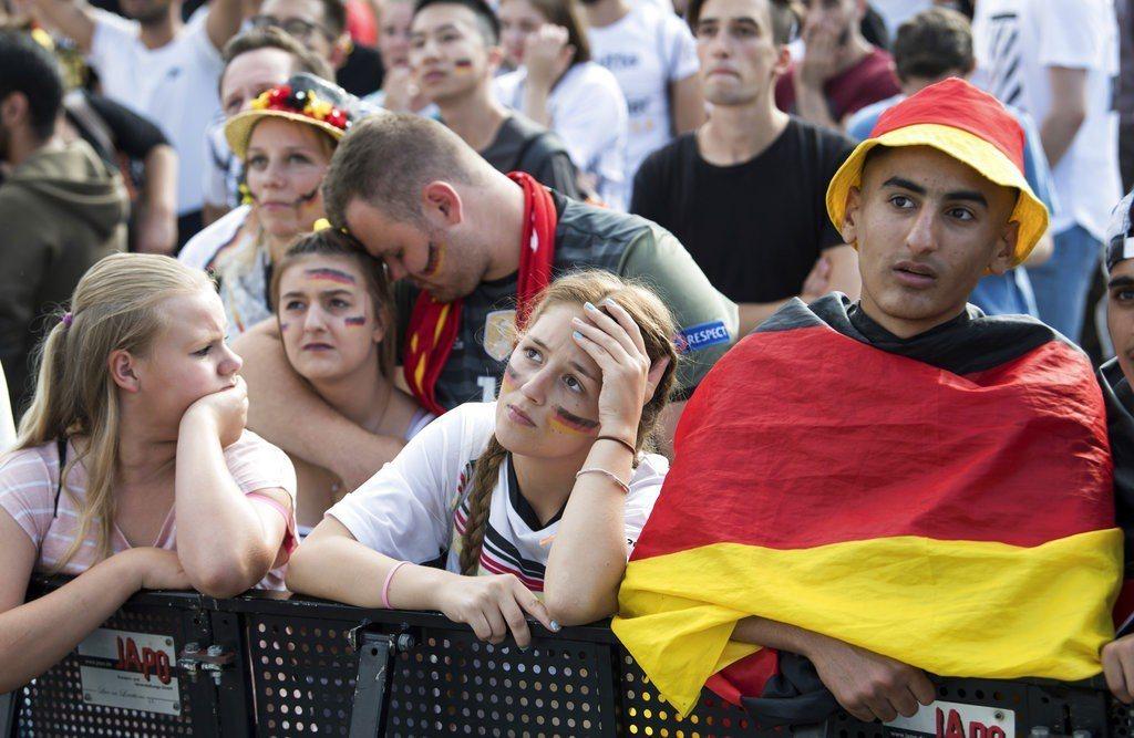 現場觀戰的德國球迷不敢相信居然敗給南韓,不少人落淚。 美聯社