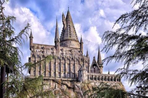 自6月24日至8月19日,以及9月1日至3日,好萊塢環球影城推出夏日限定版「霍格華茲城堡之夜」魔幻燈光秀,要陪伴哈利波特迷歡度暑假。好萊塢環球影城(Universal Studios Hollywo...