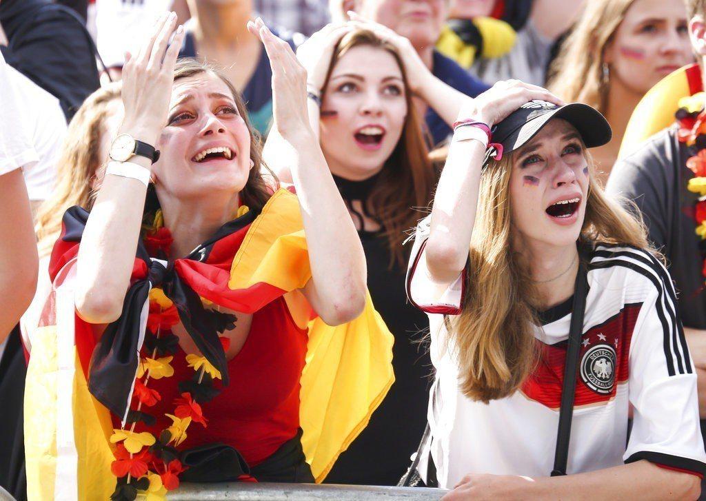德國爆冷門踢輸南韓,德國球迷崩潰痛哭。美聯社