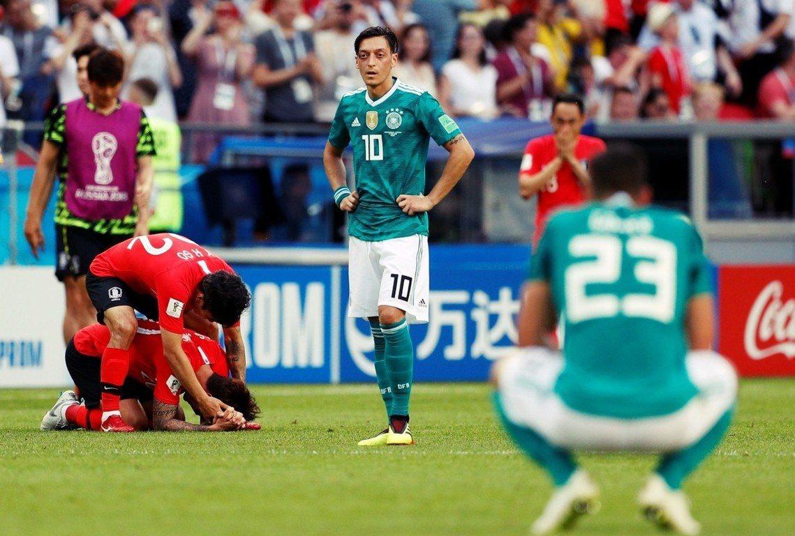 圖為比賽結束後,激動無比的南韓球員們,以及眼神死的德國攻擊中場厄齊爾(Mesut...