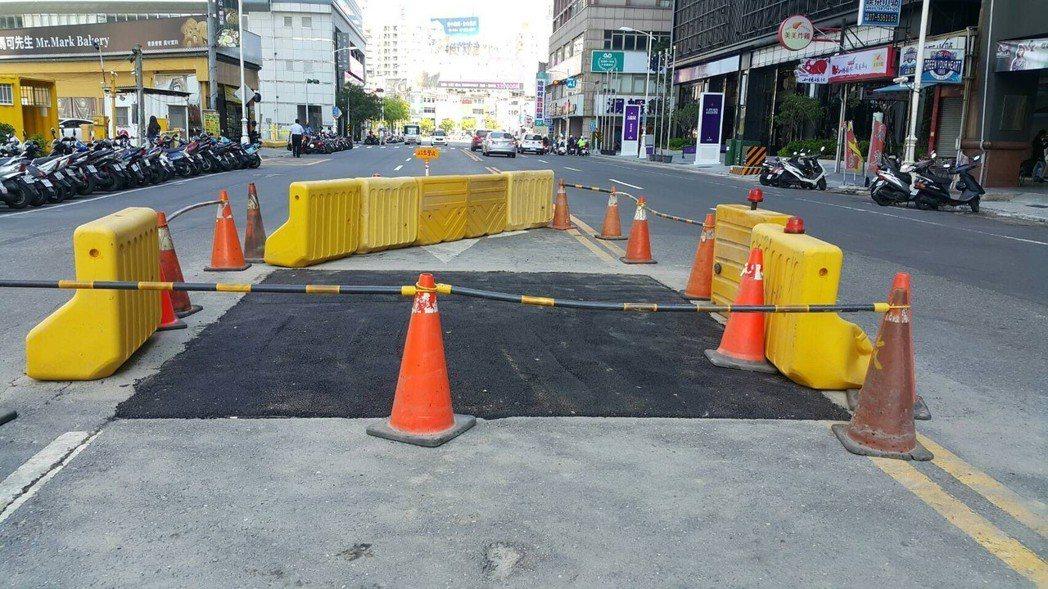 鋪設完成的道路會封閉進行養護6小時,或路面溫度降至50度以下才能開放通行。 圖片...