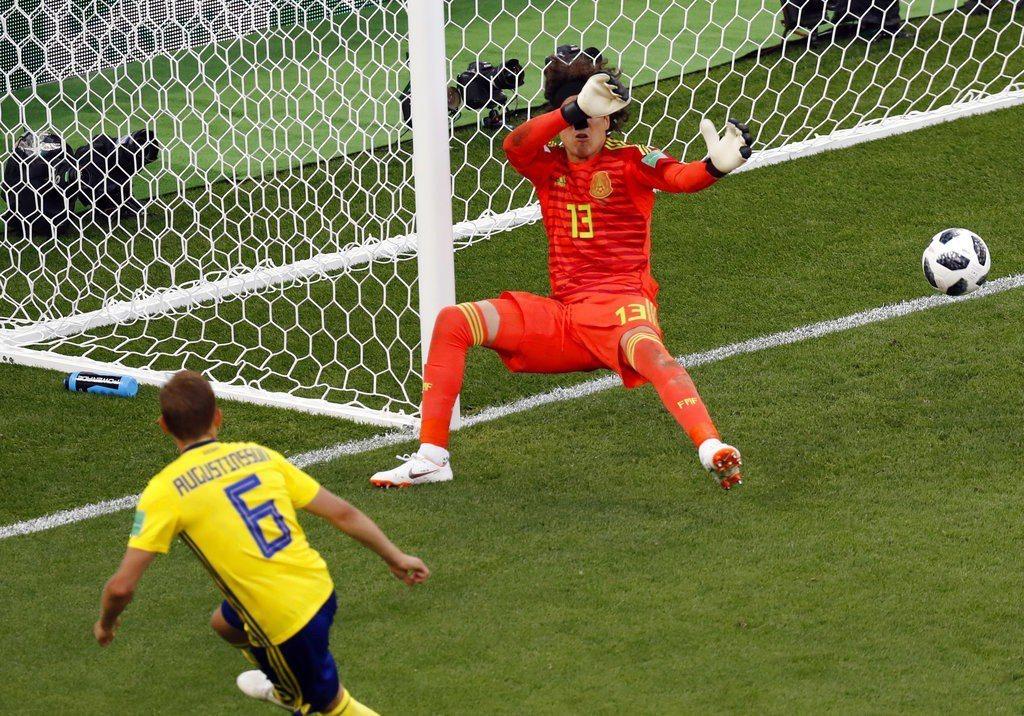 墨西哥追分期間又讓瑞典靠烏龍球進球,運氣也不站在他們這邊。 美聯社