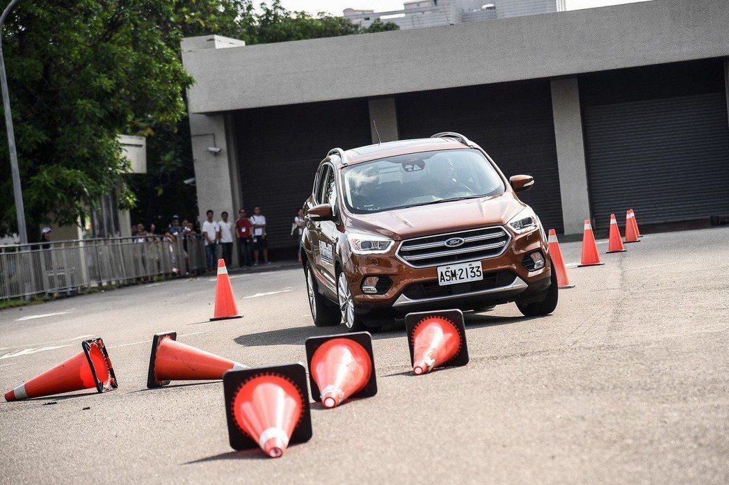 Ford安全節能駕駛體驗營安排三大操駕課程,包含繞錐、緊急煞停及窄巷行車訓練。 圖/福特六和提供
