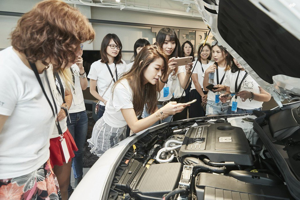 「She's Mercedes」是Mercedes-Benz對於女性角色的精彩演繹,活動中帶領女性車主瞭解車輛。 圖/台灣賓士提供