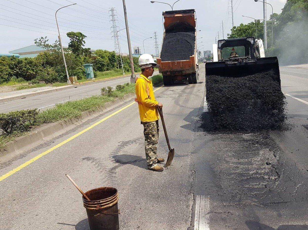 鋪設路面除採用傳統瀝青及天然骨材外,還會使用改質三型瀝青及轉爐石。 圖片提供/高...