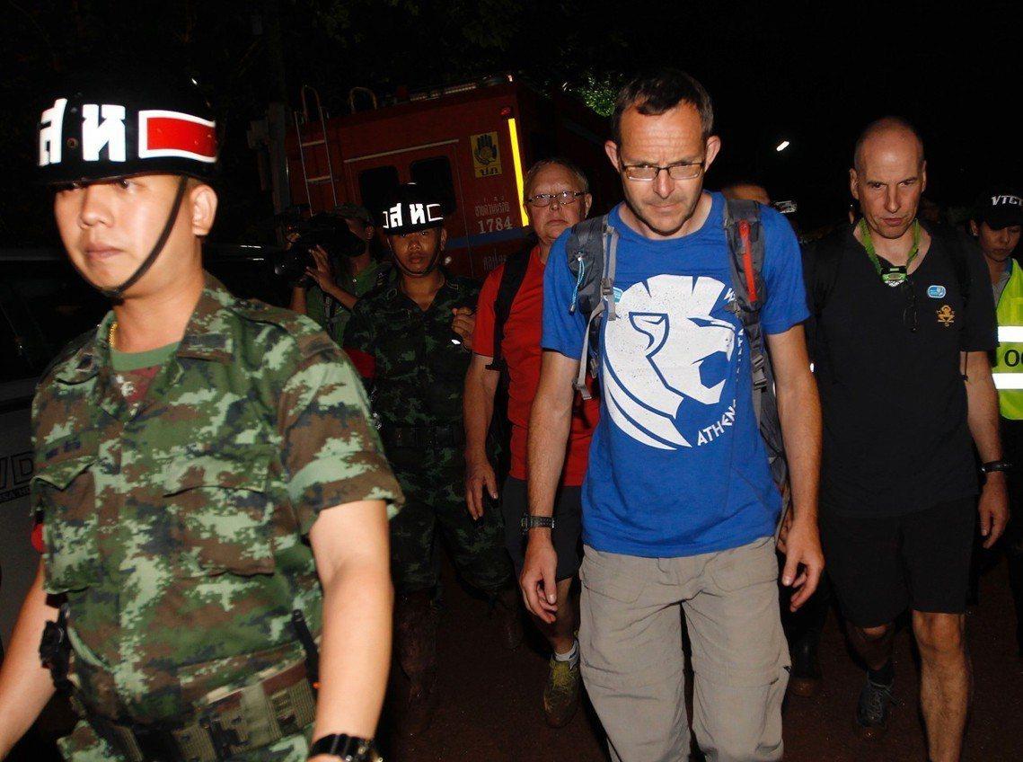 由泰國資助邀請的三名英國資深潛水員,抵達洞窟協助搜救工作。 圖/歐新社