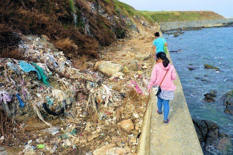 基隆潮境公園下方的垃圾掩埋場。 圖/作者自攝