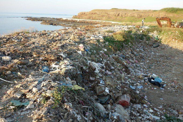 澎湖將軍嶼的臨海垃圾掩埋場。 圖/作者自攝
