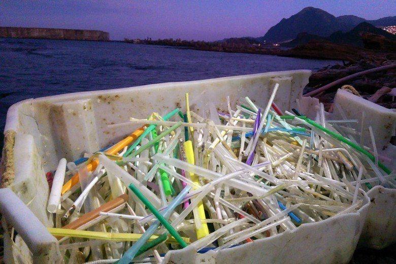 隨便就可以在海岸撿到超過一千多根的塑膠吸管。圖為基隆長潭里海岸。 圖/作者自攝