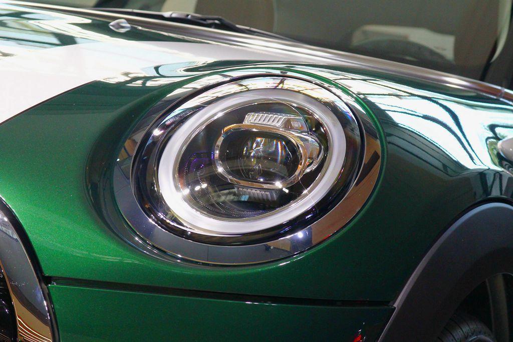 嶄新的LED頭燈,內含的LED日行燈造型也重新設計。 記者張振群/攝影