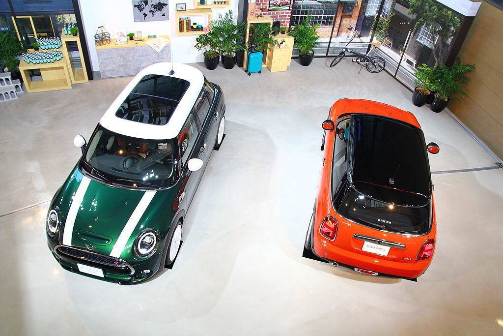 自第三代Mini Hatch開始除最常見的三門車型外,現在還多了後座進出更便利的五門車型選項。 記者張振群/攝影