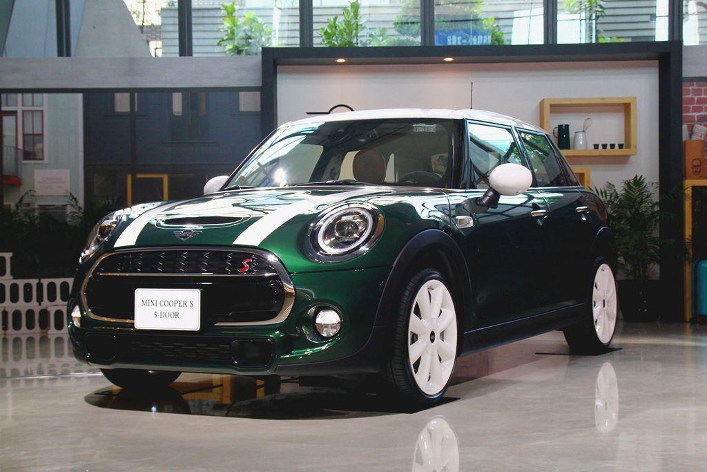 Mini Cooper S /Mini Cooper S 5-Door,車頭、車尾都有明顯的「S」字樣表彰車型身份。 記者張振群/攝影