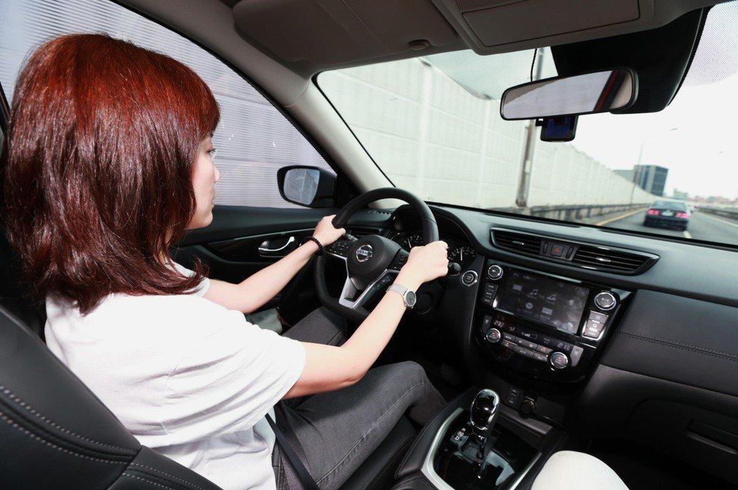 透過攝影機,LDP車道偏離預防系統會偵測地面標線與車輛位置,適時發出警告音並輔以...
