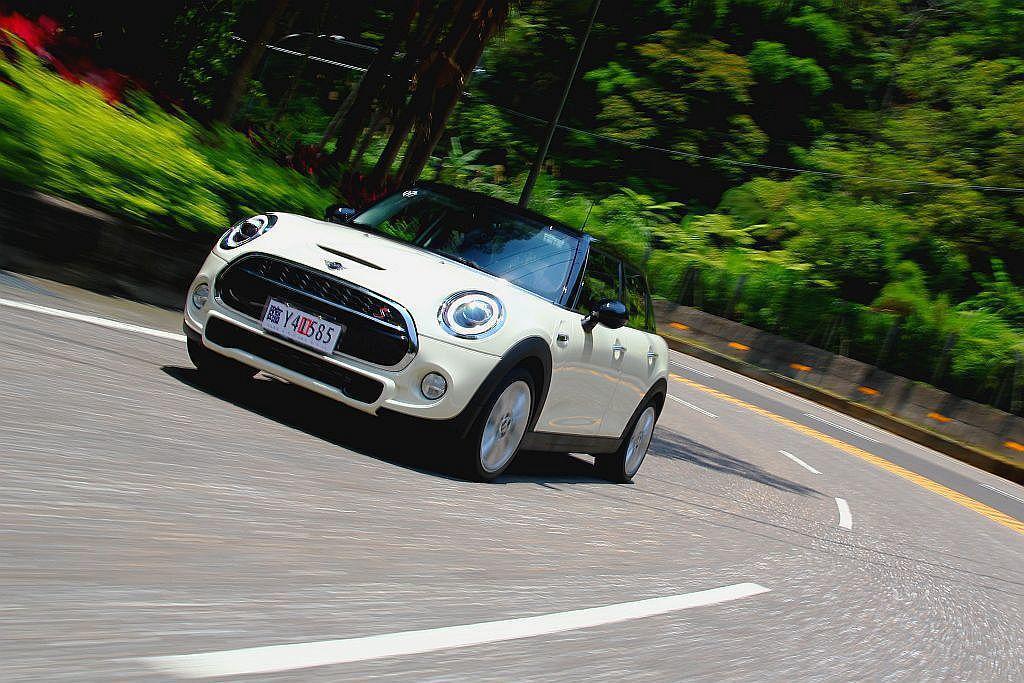 Mini Hatch猶如Go Kart般穩定的後軸動態表現,車頭在彎道中不僅有精...