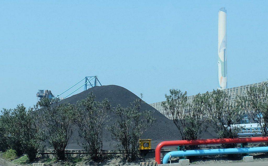 台中火力發電廠的露天儲煤場(資料照片,陳文姿攝)。圖/環境資訊中心提供