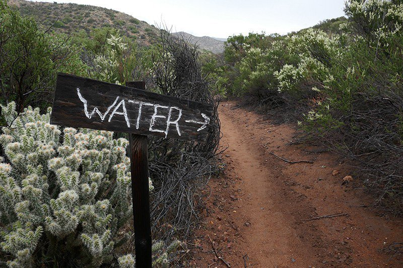水源短缺,有時候需要離開步道取水