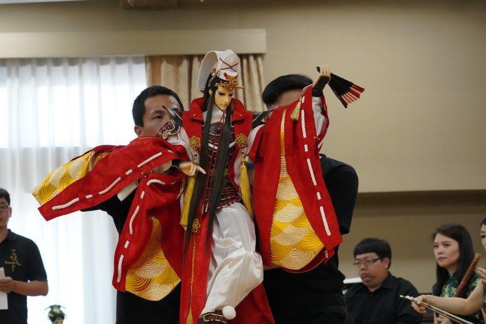 三昧堂示範雙人操偶扇子舞。圖/三昧堂提供