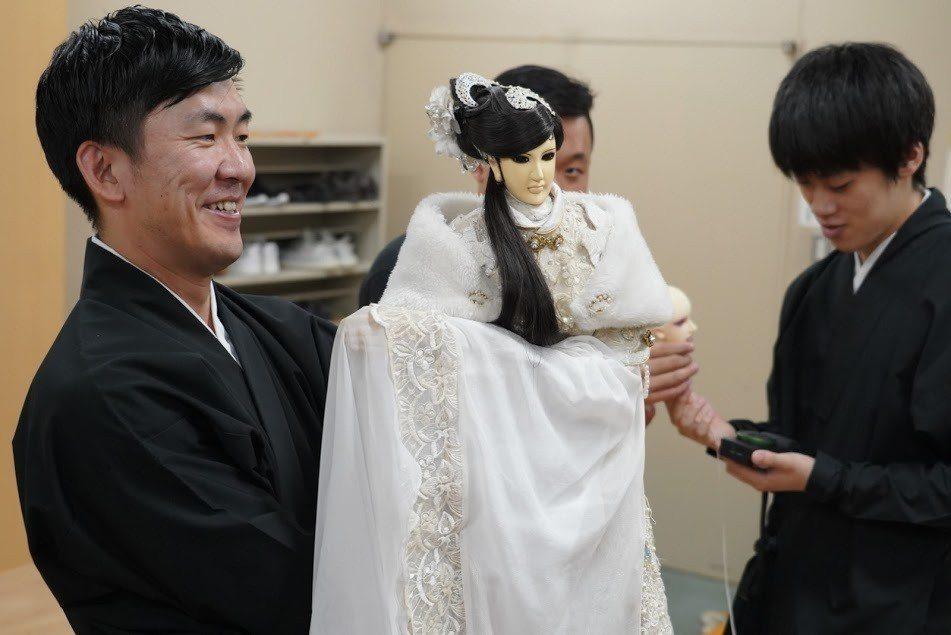 文樂人形師操作台灣布袋戲偶慕容映雪。圖/三昧堂提供
