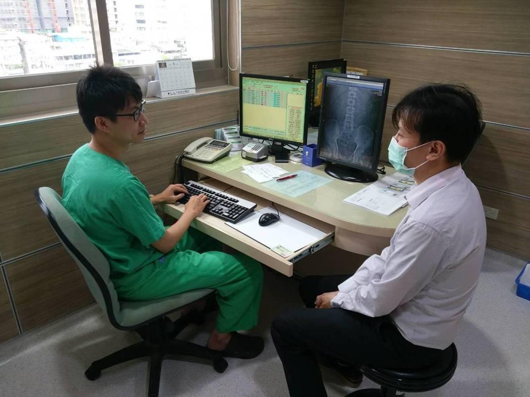 阮綜合泌尿科醫師陳育典(左)提醒民眾,不論哪種飲料都忌諱過量、過鹹或甜,基本上還...