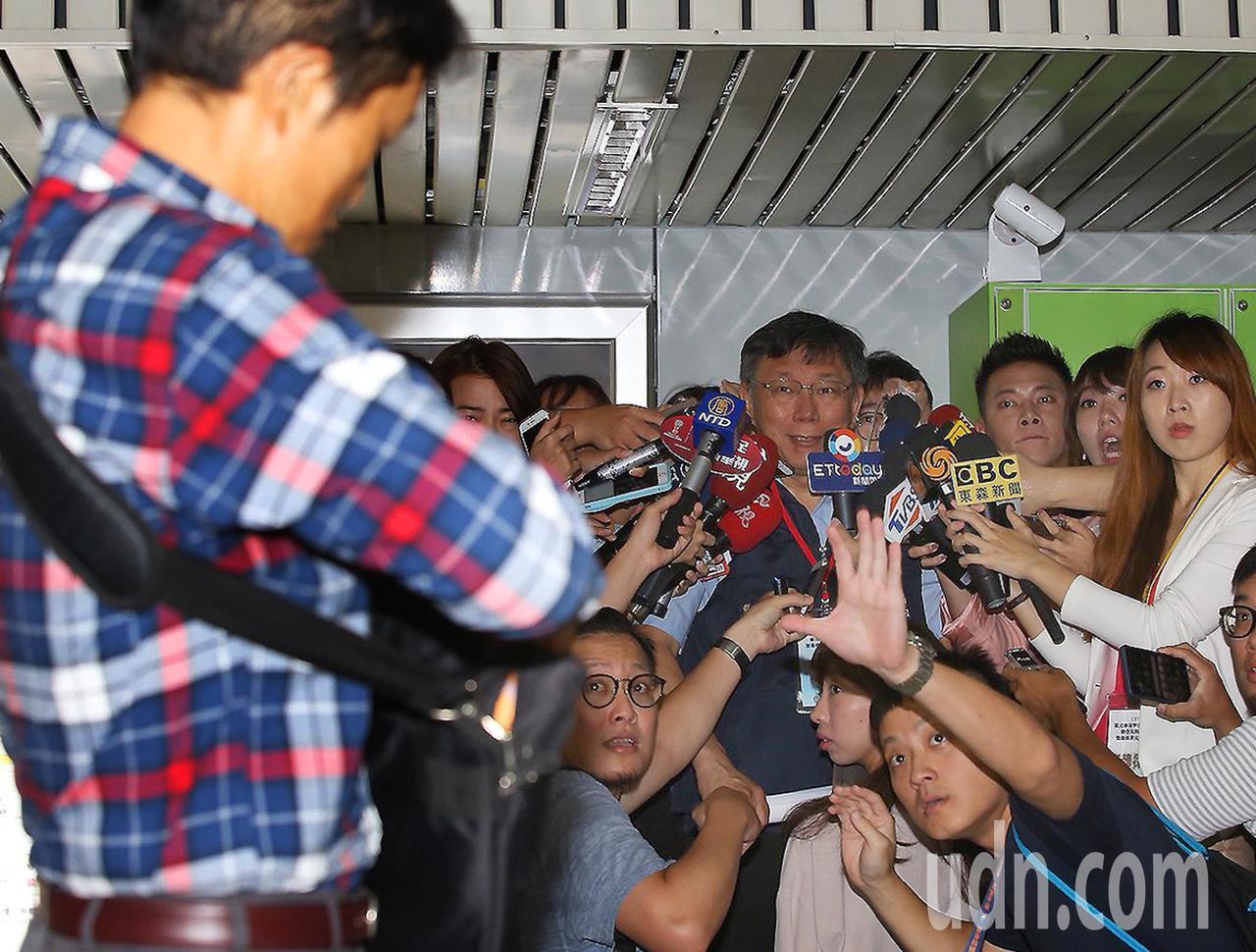 台北車站防災演習上午舉行,出席的台北市長柯文哲(右四)在接受媒體專訪時,突有抗議...