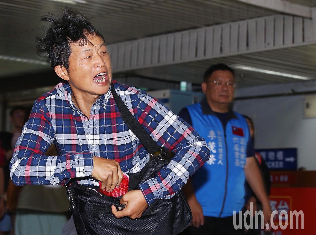 台北車站防災演習上午舉行,出席的台北市長柯文哲在接受媒體專訪時,突有抗議民眾(左...