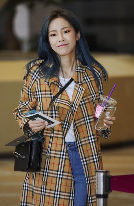 韓國女歌手Heize詮釋BURBERRY D-ring新包。圖/BURBERRY...