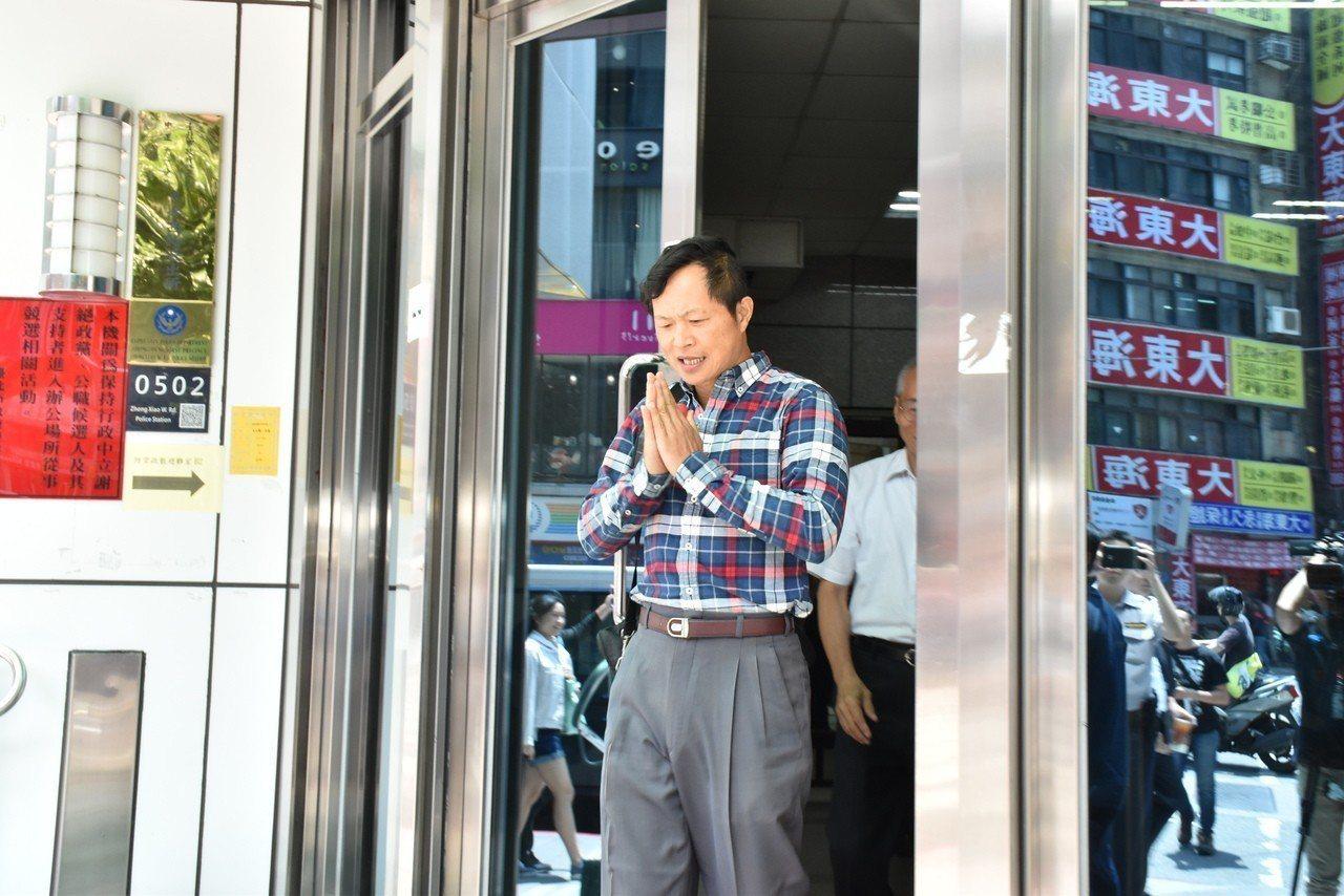 台灣國辦公室主任陳峻涵涉嫌妨害公務,今中午步出警局。記者蕭雅娟/攝影