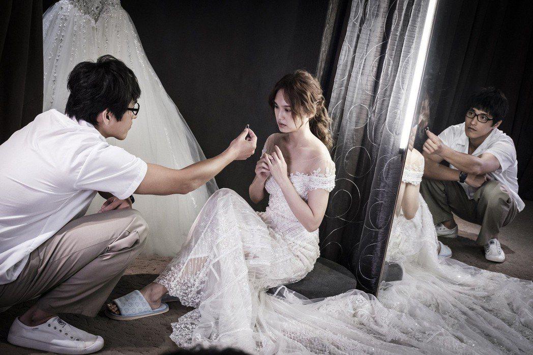 楊丞琳(右)為戲披婚紗經驗豐富。圖/八大提供