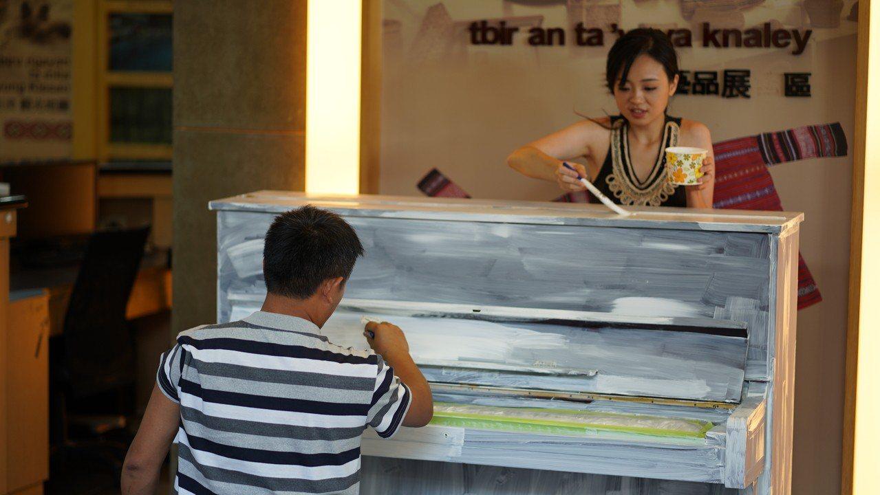 今年6月初鋼琴家黃凱盈邀請泰雅族藝術家米路哈勇彩繪她的舊鋼琴,兩人把鋼琴漆成白色...