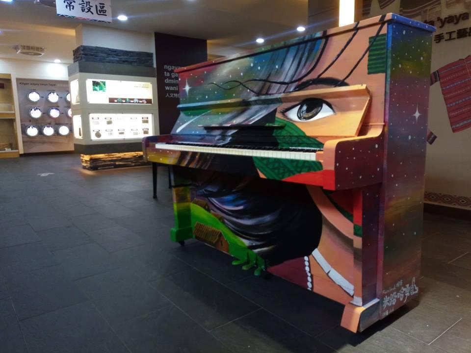 彩繪鋼琴擺在南澳泰雅文化館內,民眾只要下載「WeWish」App,完成App中的...