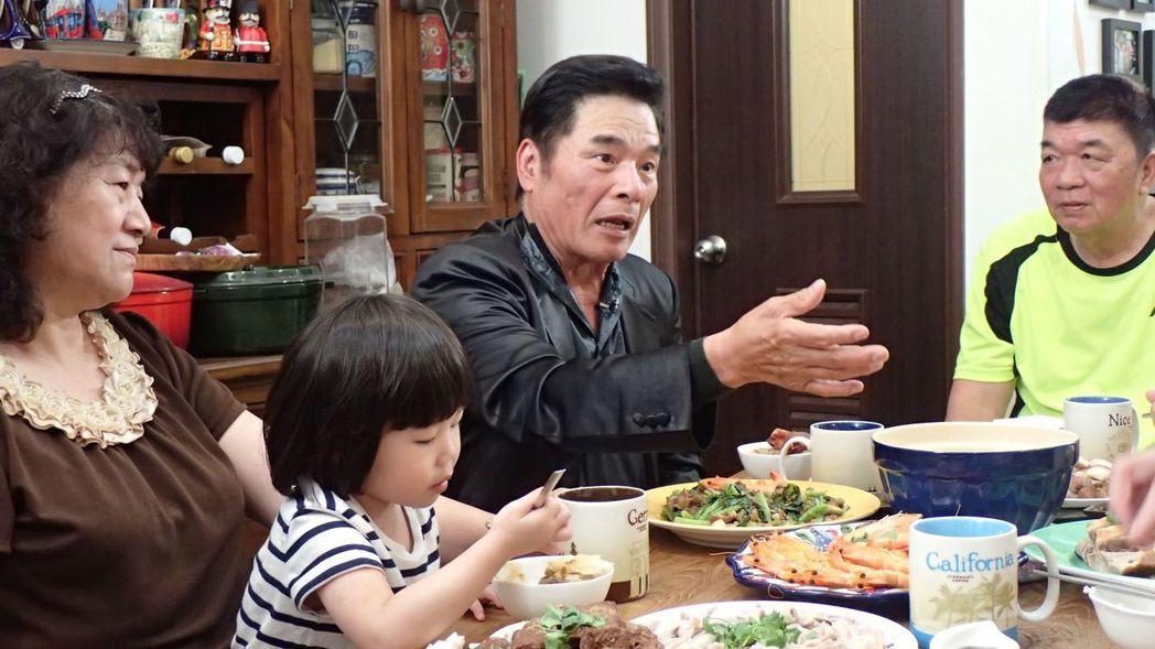雷洪(中)在節目中和江佩靜一家人聊自身經歷。圖/公視提供