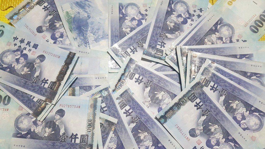 外資在台北股匯市上演「大逃殺」,使新台幣匯率連六日貶值,昨(28)日重貶1.32...