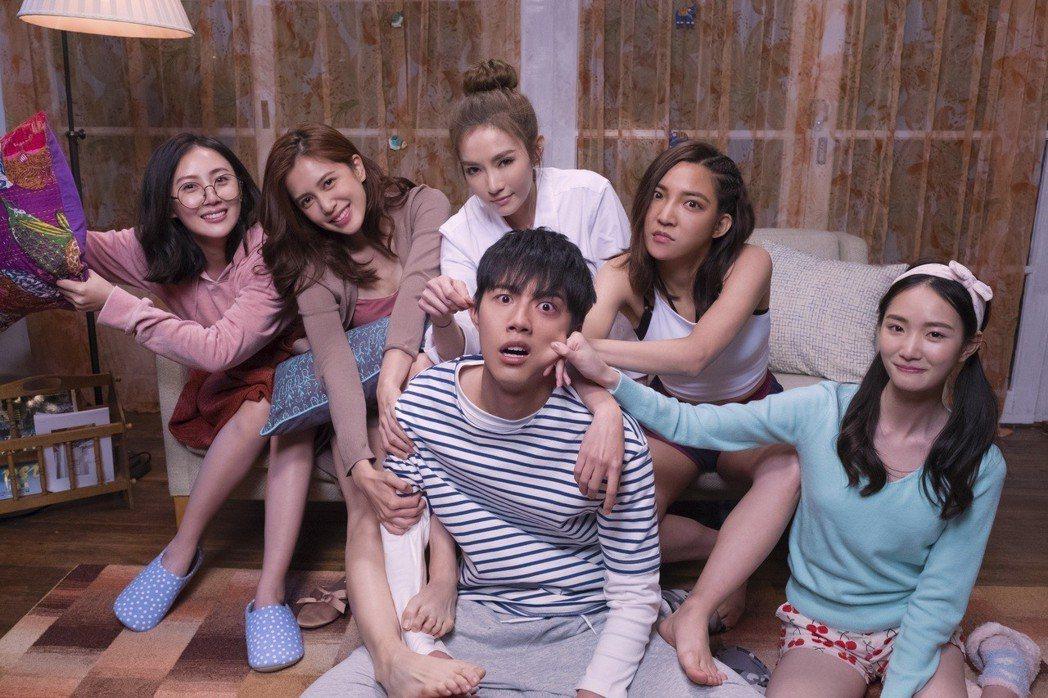 蔡凡熙(前中)在片中被5位姊姊,左起張墨錫、劉奕兒、謝金燕、高雋雅、張垚「照顧」