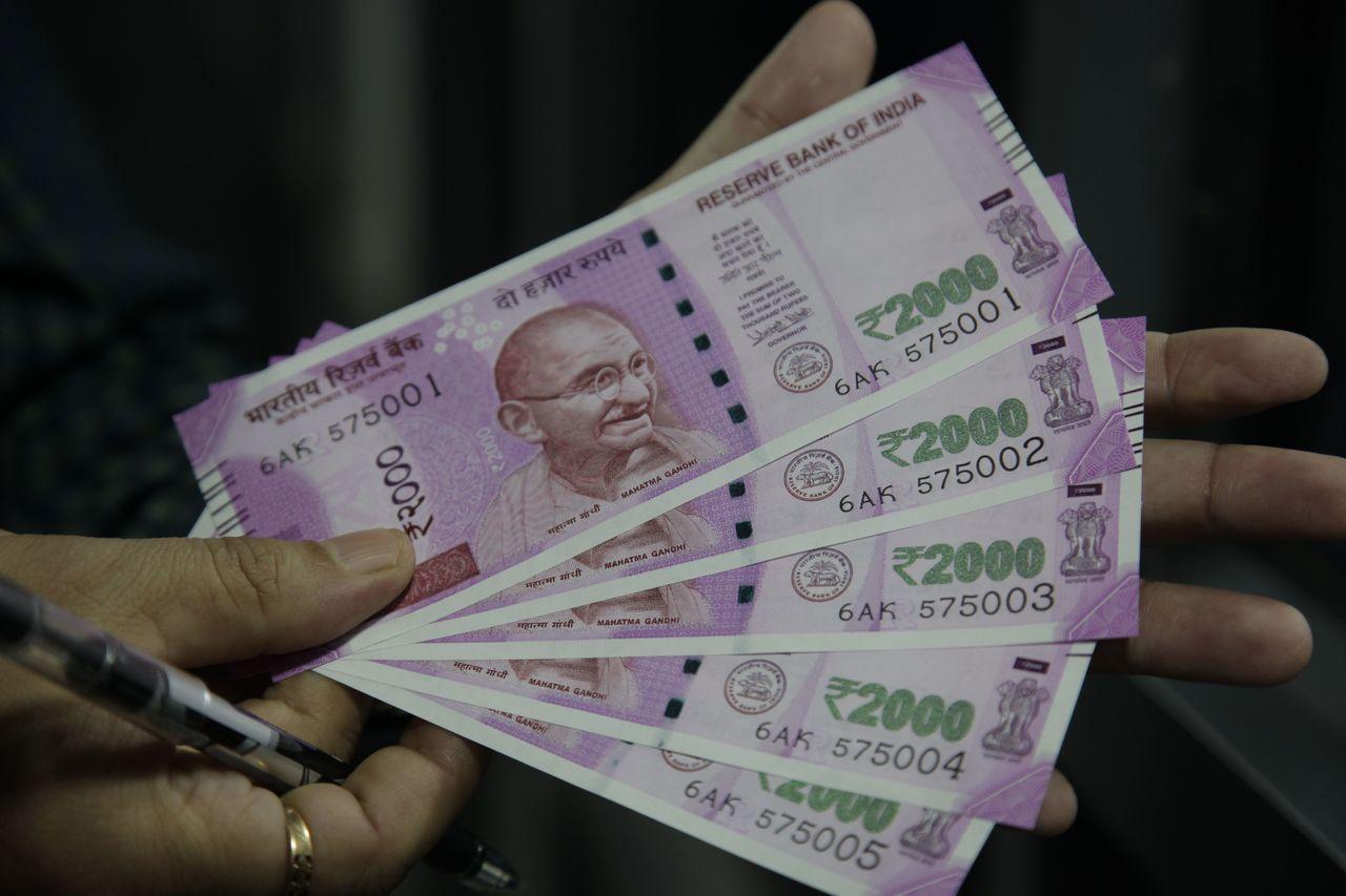 印度盧比對美元貶值壓力隨油價上漲加劇。 美聯社