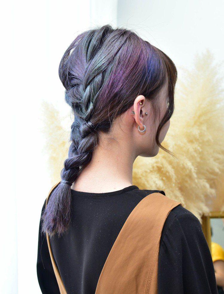 編髮後運用巴黎萊雅Colorista 1日變色噴霧混搭技巧,讓髮色更有層次。圖/...