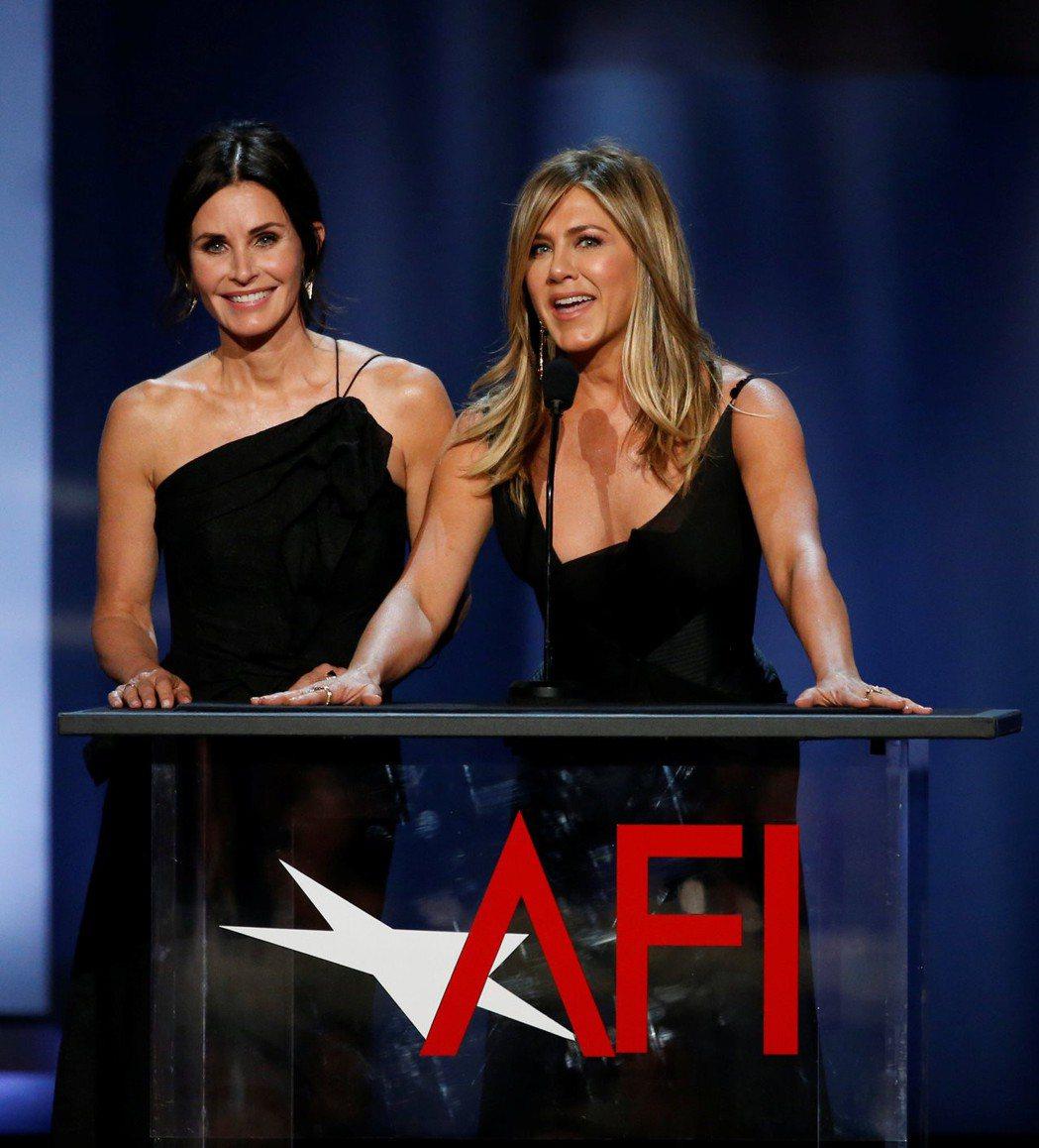 寇特妮考絲與珍妮佛安妮絲頓螢幕上下都是好姐妹。圖/路透資料照片