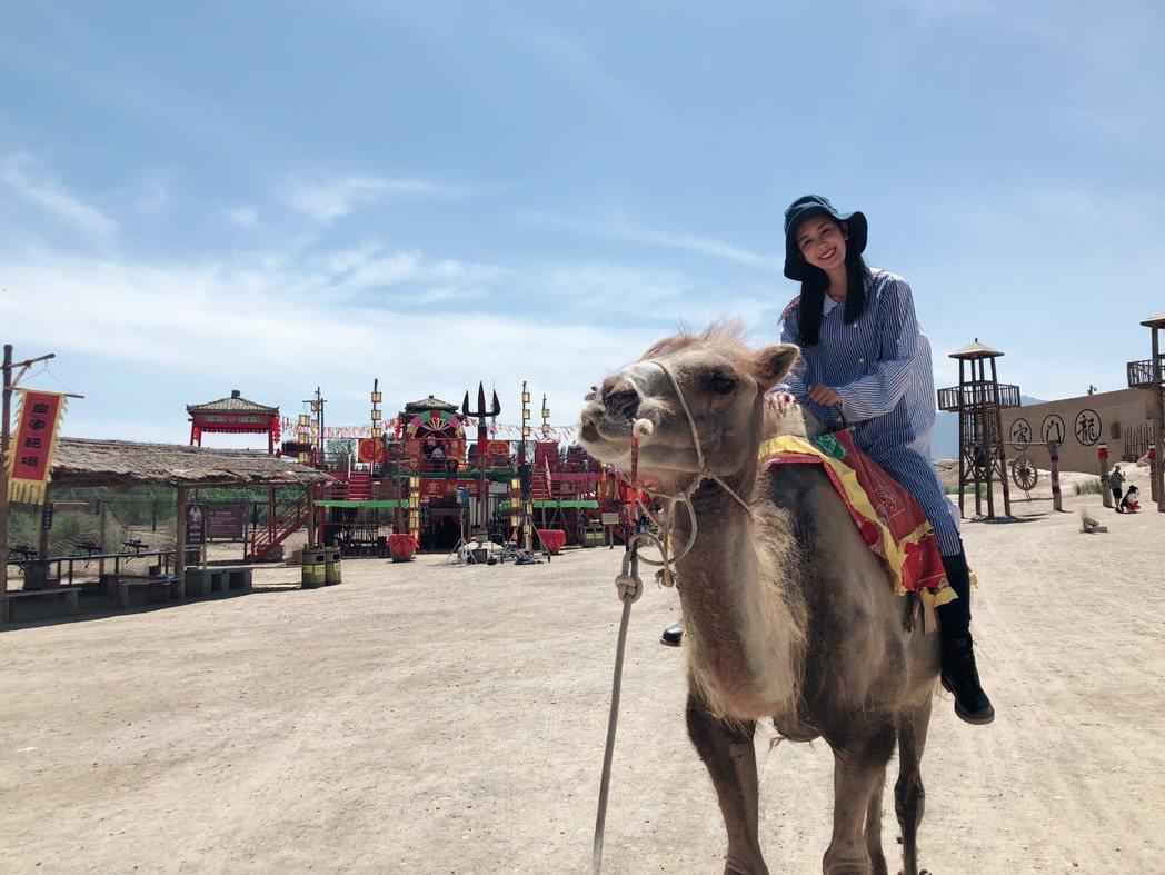 黃心娣體驗騎駱駝。圖/周子娛樂提供