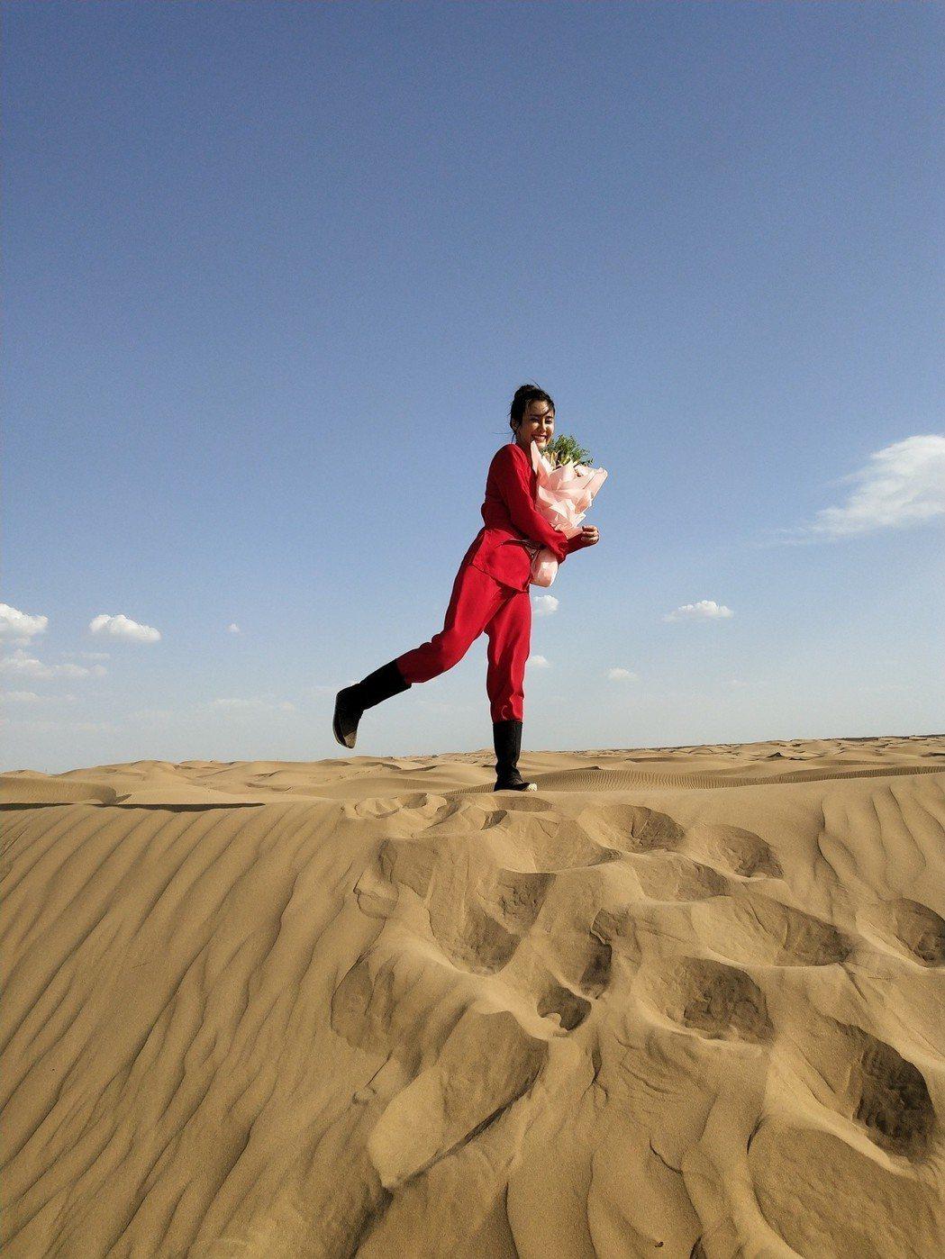 黃心娣在沙漠拍攝「小女花不棄」殺青戲。圖/周子娛樂提供