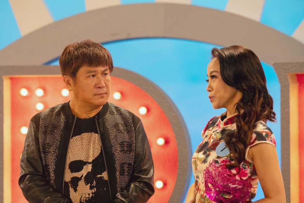 胡瓜(左)客串「20之後」飾演節目主持人,劇中訪問范瑞君。圖/公視提供
