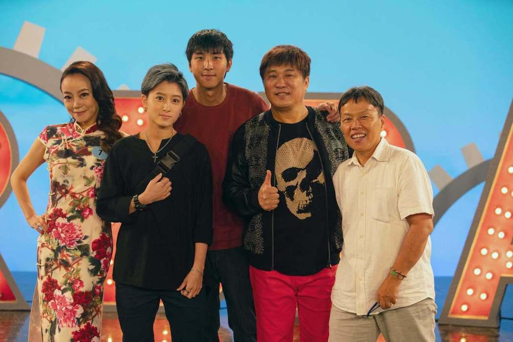 胡瓜(右二起)力挺兒子胡釋安出道作,特地客串演出王小棣(右)執導的「20之後」。...