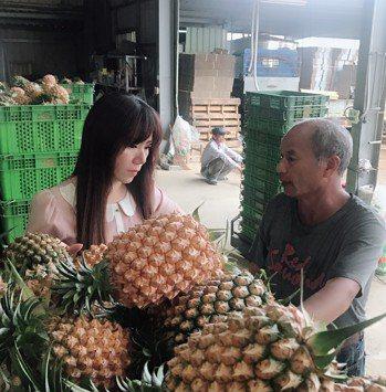 嘉義縣農會總幹事黃貞瑜很感謝中油公司協助收購鳳梨。記者謝恩得/翻攝