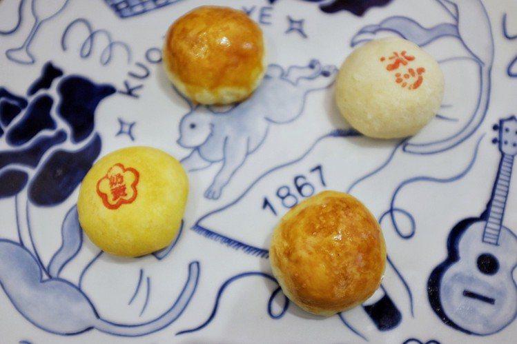 新口味鳳梨奶黃酥與招牌冰沙餡餅、烏沙蛋黃酥,盛裝。圖/記者沈佩臻攝影