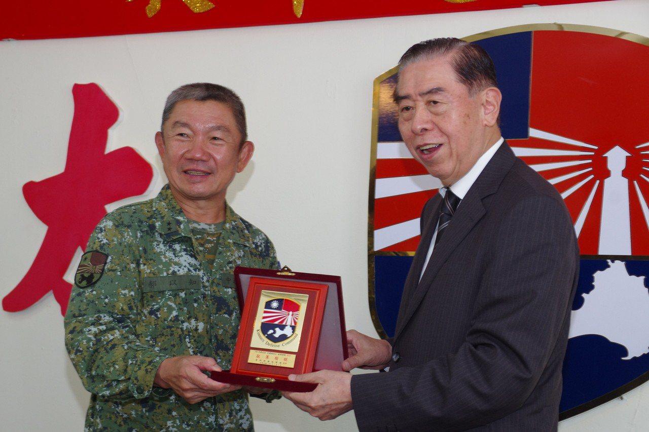郝以知中將(左)與軍友社理事長李棟樑 (攝影/記者程嘉文)