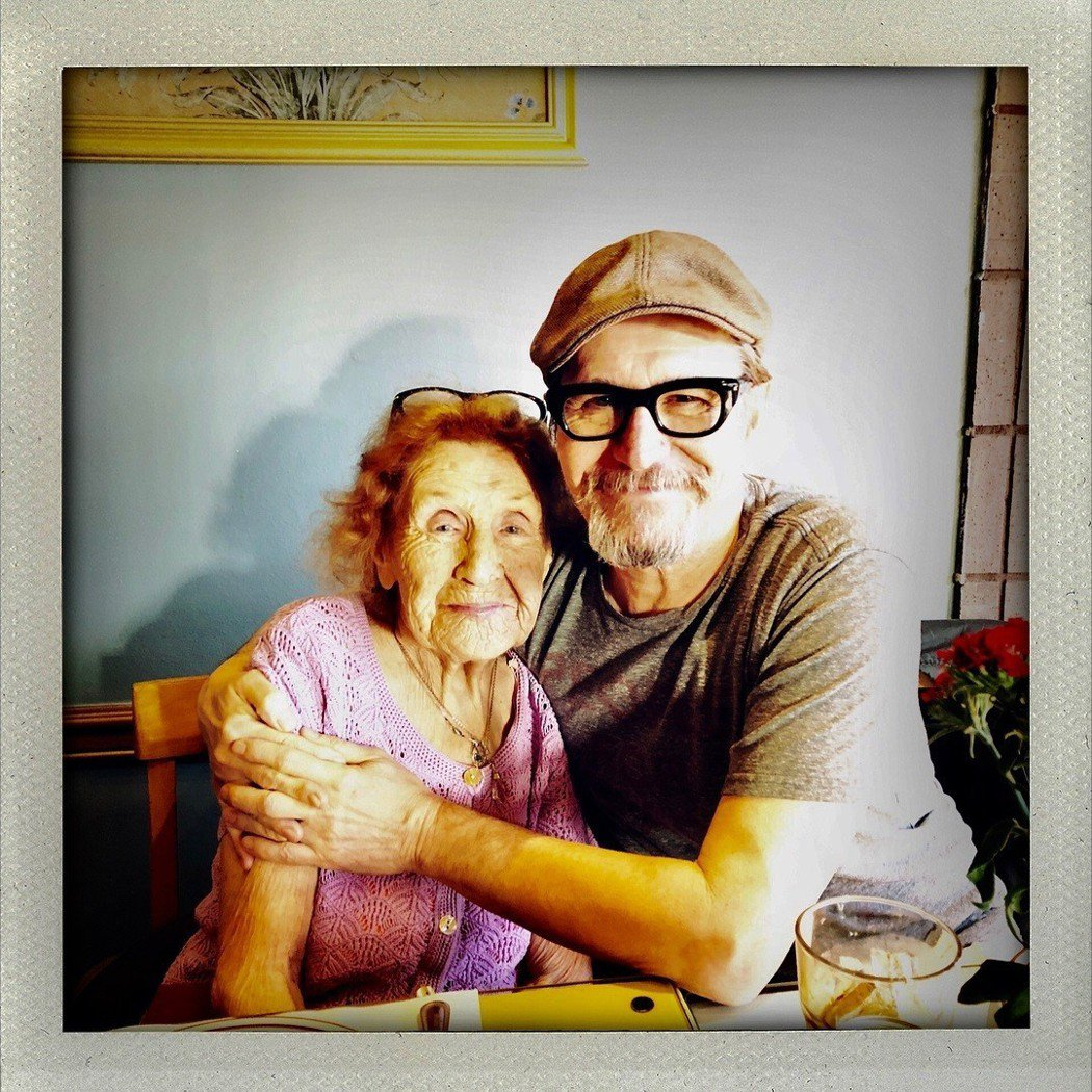 蓋瑞歐德曼(右)是好萊塢出了名的孝子,常常與母親凱斯琳合影。圖/摘自IG