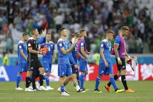 世足賽開踢,帶動全球經濟。圖為冰島隊不敵「非洲雄鷹」奈及利亞。 (美聯社資料照片...