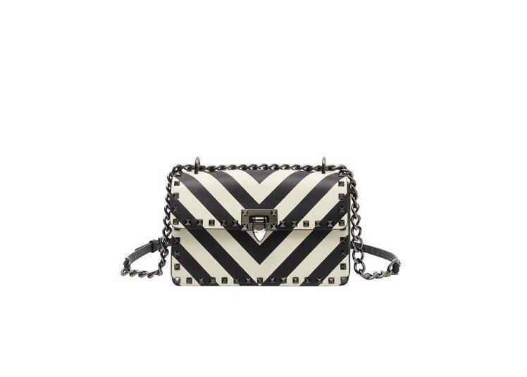 Valentino Garavani V形黑白幾何圖紋鍊帶包,售價82,000元...